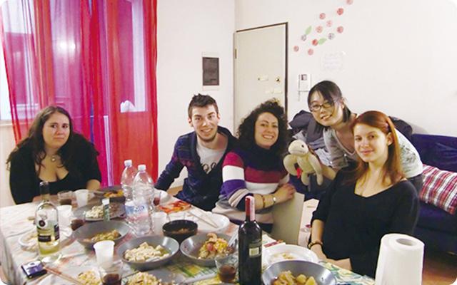 イタリア人の友達とテーブルで